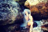 Thaila Ayala toma banho em água gelada de cachoeira: 'De roupa e tudo'
