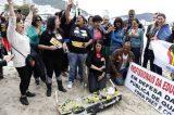 Professores em greve fazem enterro simbólico do governador