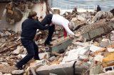 Presidente do Chile sofre queda em visita a escombros