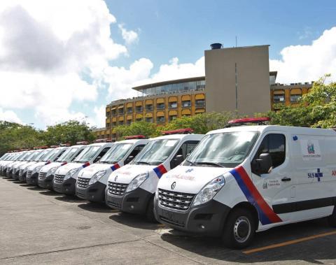 Deputado Roberto Carlos comemora a entrega de mais 14 ambulâncias