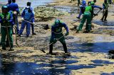 15 toneladas de óleo são retiradas na Praia da Pituba e no Jardim dos Namorados