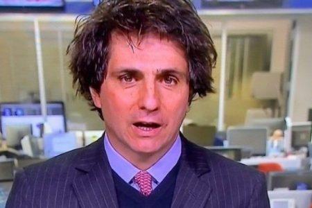 Jornalista da Globo surge descabelado ao vivo e culpa gelo seco
