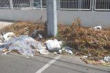 Lixo na calçada do Fórum de Justiça em Juazeiro