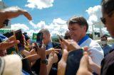 Bolsonaro visita comércios e cumprimenta populares