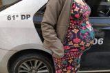Homem acusado de agredir companheira grávida com cabo de vassoura é preso em flagrante