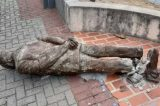 Vândalos derrubam estátua de Ariano Suassuna no Recife