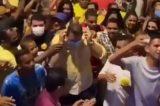 Vídeo: Prefeito pega máscara usada por eleitor e lidera multidão em cidade pernambucana