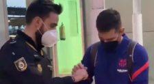 Messi é parado por policial em aeroporto e dá autógrafo; assista o vídeo