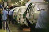 Fechadas por causa da pandemia, fábricas da Volkswagem e Toyota retomam produção