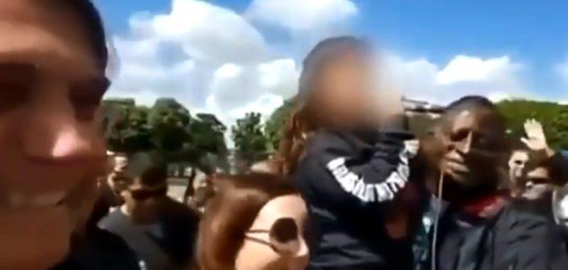 """No colo de Hélio Negão e ao lado de Bolsonaro, criança grita ao microfone: """"Eu quero ver o Felipe Neto na prisão!""""; VÍDEO"""