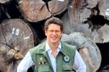 Juíza federal no Amazonas manda PF devolver madeira apreendida por delegado que denunciou Salles